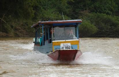 Piragua motorizada en el Río Nam Ou (Muang Ngoi, Laos)