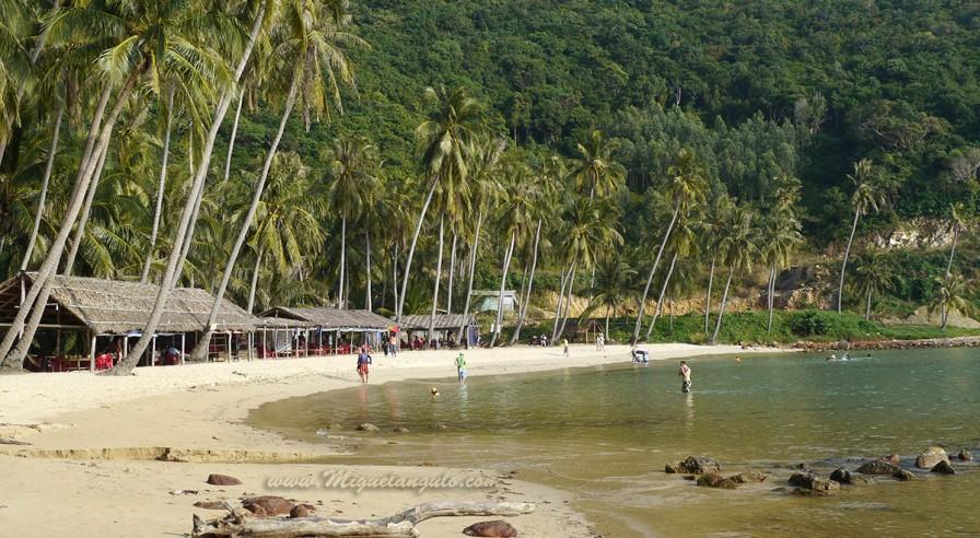 Por el otro lado de la isla, fuera de los publos de pescadores existe una playa para turistas, limpiada cada día.